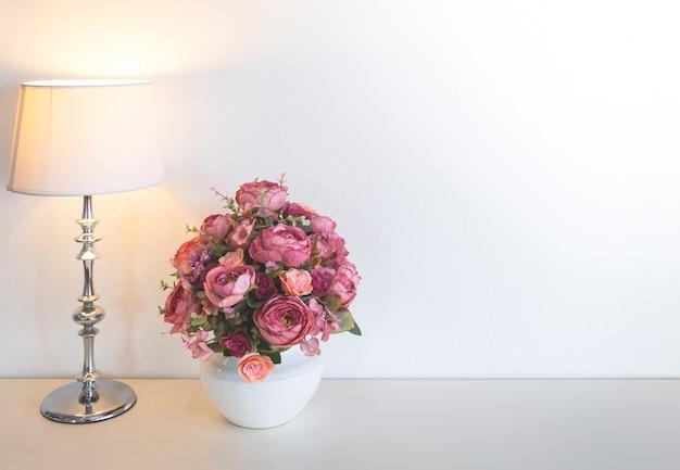 Vaso branco com flores rosa Foto gratuita