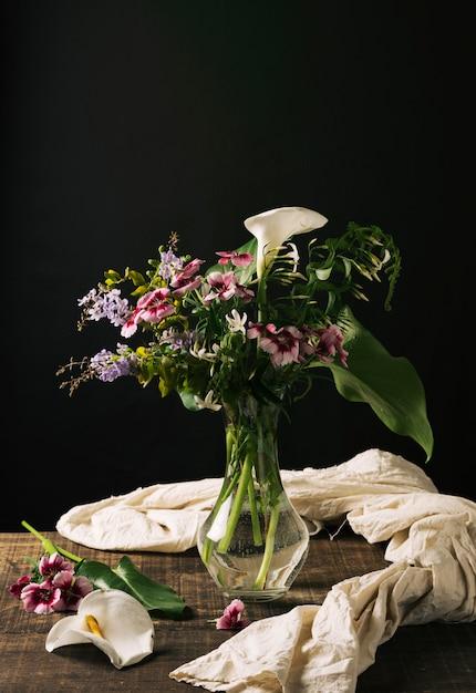 Vaso de cristal com lindo buquê Foto gratuita