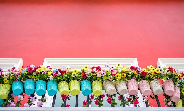 Vaso De Flores Na Varanda E Parede Vermelha Foto Premium