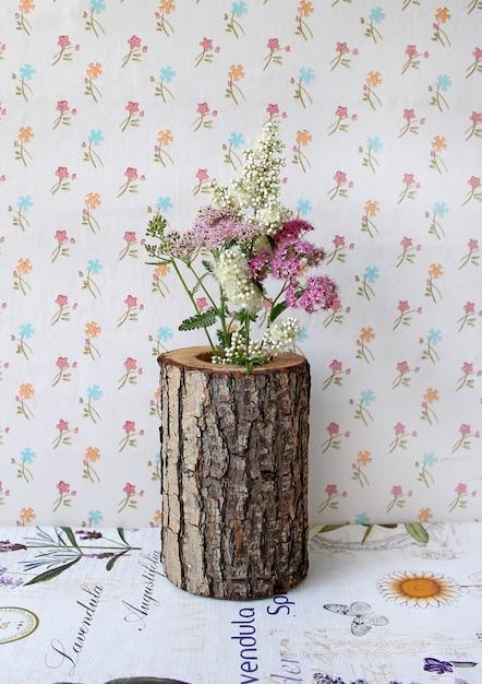Vaso de madeira com flores Foto Premium