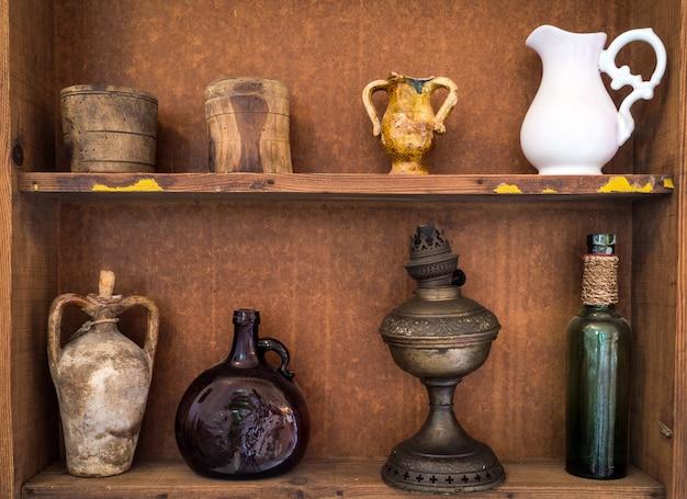 Vasos de terracota siciliana antiga e outros objetos Foto Premium