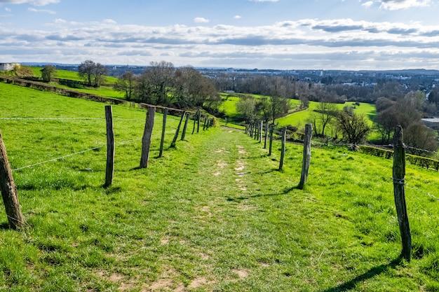 Vasto vale verde com céu azul durante o dia Foto gratuita