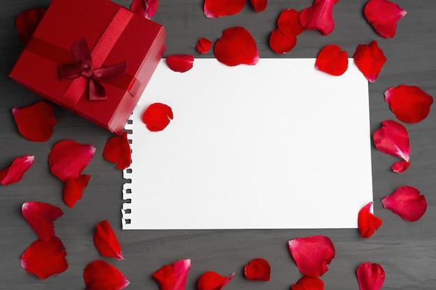 Vazia folha de papel para texto e caixa de presente vermelha Foto Premium