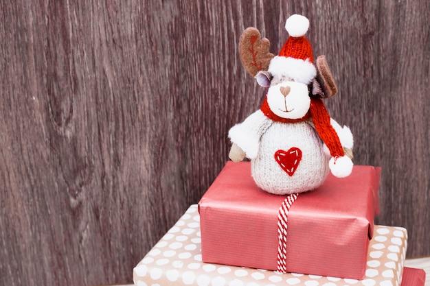 Veado de brinquedo na pilha de presentes Foto gratuita