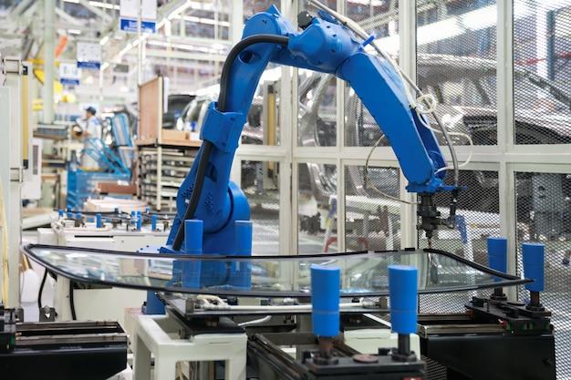 Vedação automática de vidro de robô na fábrica de fabricação inteligente 4.0 Foto Premium