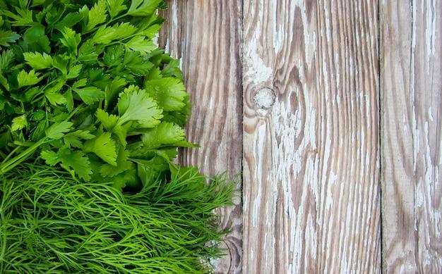 Vegetais caseiros diferentes no fundo de madeira branco. foco seletivo. Foto Premium
