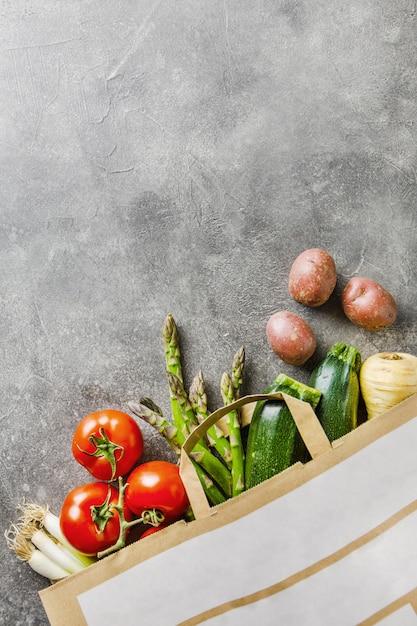 Vegetais diferentes em saco têxtil em cinza Foto Premium