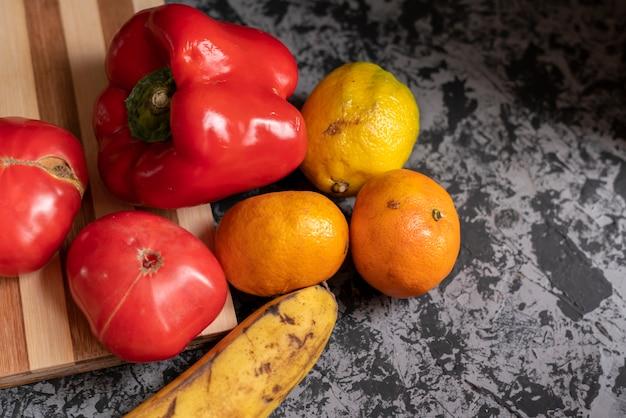 Vegetais e frutas dotty feios naturais orgânicos do jardim Foto Premium