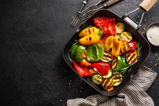 Vegetais saborosos saudáveis grelhados na panela Foto gratuita