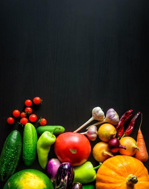 Vegetais sazonais do outono fresco apetitoso saboroso, vista superior com espaço da cópia. comida saudável, vegetarianismo, alimentação limpa. colheita, jardinagem, conceito do dia de ação de graças. Foto Premium