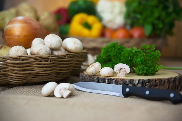 Vegetal de cogumelo champignon fresco na cozinha Foto gratuita