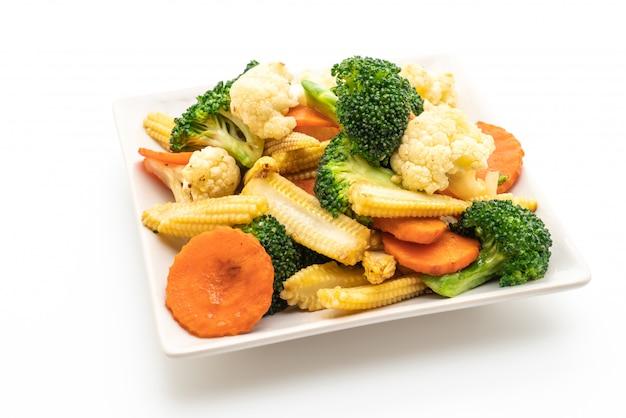 Vegetal de mistura frito isolado no fundo branco Foto Premium