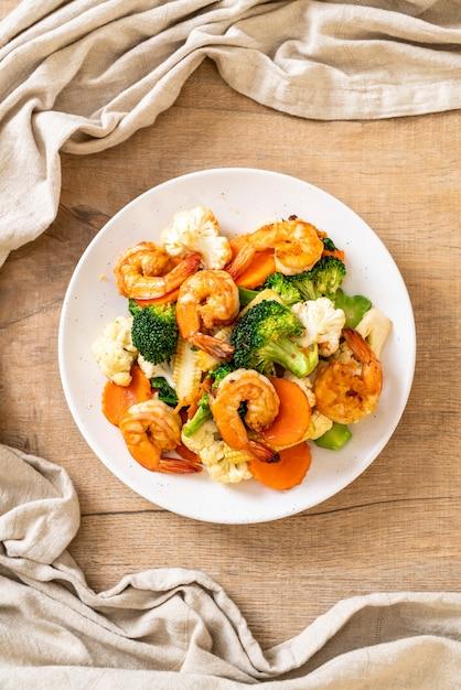 Vegetal misturado frito com camarões Foto Premium