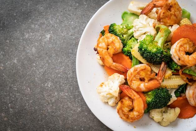 Vegetal misturado stir-fried com camarões Foto Premium