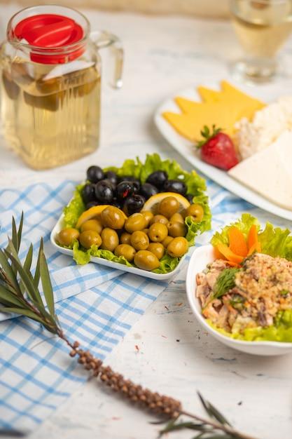 Vegetal, pimentão, salada de frango com molho de mergulho servido com azeitonas Foto gratuita