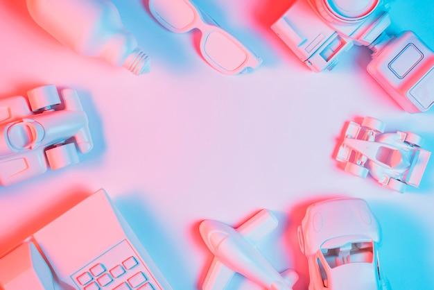 Veículo de transporte; telefone; lâmpada; espetáculo e câmera sobre fundo rosa Foto gratuita