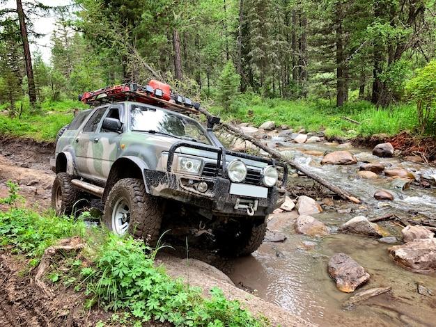 Veículo off-road vai no caminho da montanha, altai Foto Premium