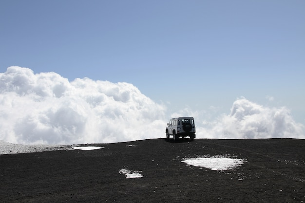 Veículo todo-o-terreno no vulcão do monte etna Foto Premium