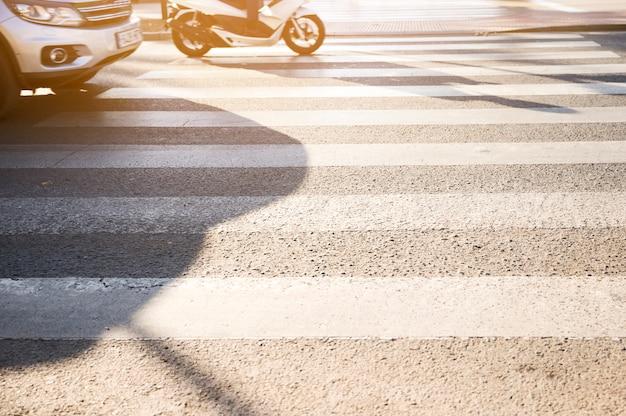Veículos, ficar, em, zebra, cruzamento Foto gratuita
