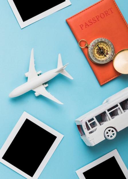 Veículos modelo, passaporte e molduras retrô Foto gratuita