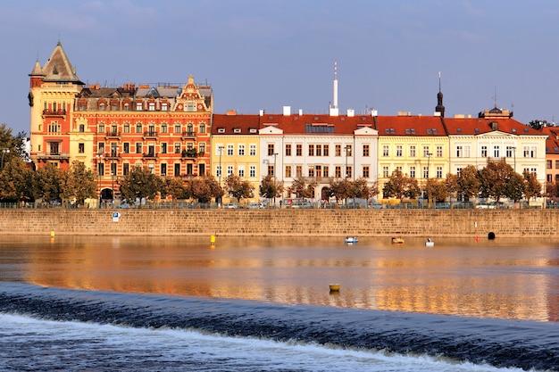 Veja o rio vltava. praga. república checa Foto gratuita