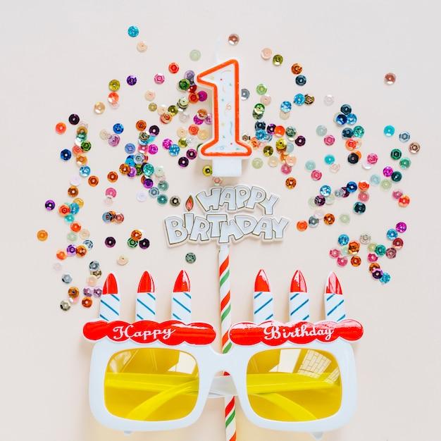 Vela de aniversário com óculos rodeados de lantejoulas Foto gratuita