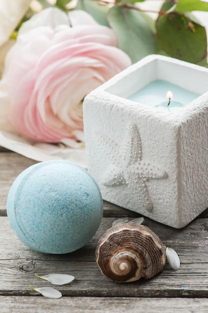Vela e bomba de banho azul Foto Premium