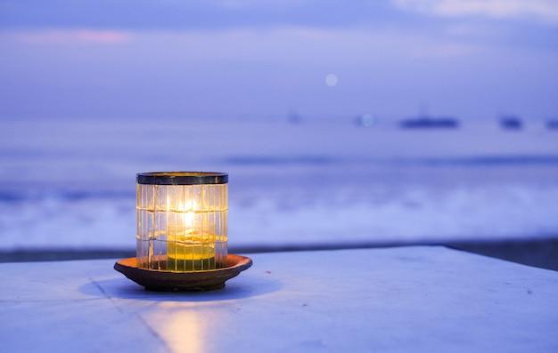 Vela no oceano ao pôr do sol Foto Premium