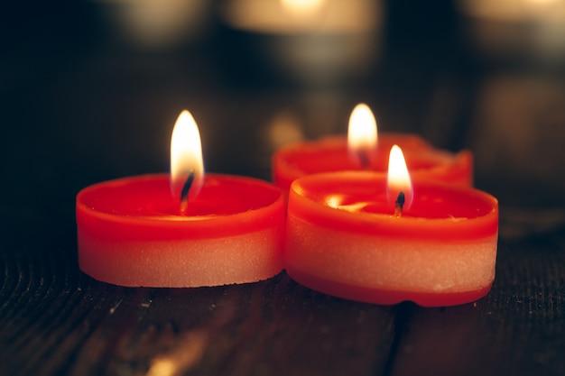 Velas acesas na escuridão. conceito de comemoração. Foto Premium