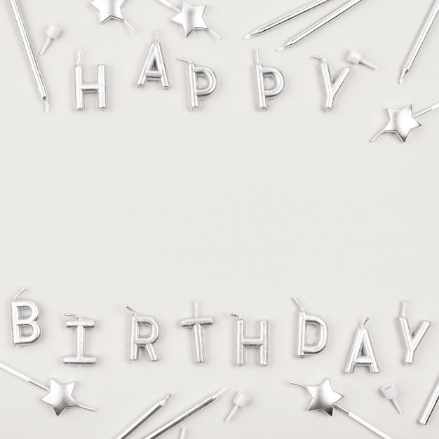 Velas de feliz aniversário acima da vista Foto gratuita