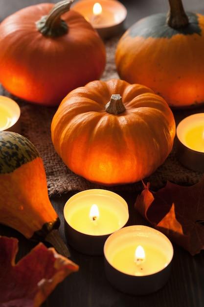 Velas e abóboras decorativas de halloween Foto Premium