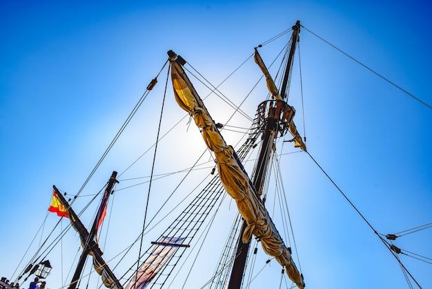 Velas e cordas do mastro principal de um navio caravela, navios de santa maria colombo Foto Premium