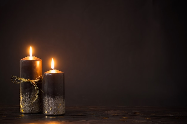 Velas pretas de natal em fundo escuro Foto Premium