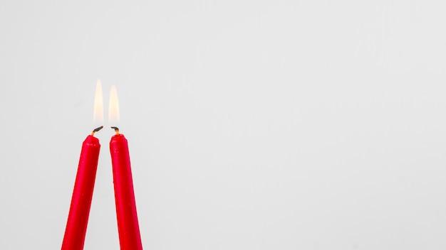 Velas vermelhas flamejantes Foto gratuita