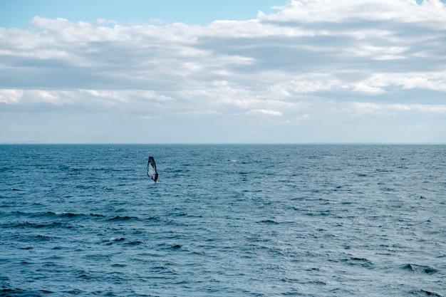 Veleiro no mar Foto gratuita