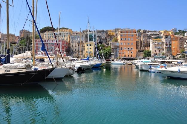 Veleiros no porto mediterrâneo Foto Premium