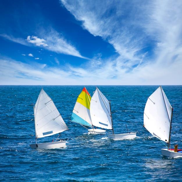 Veleiros optimist aprendendo a navegar no mediterrâneo em denia Foto Premium