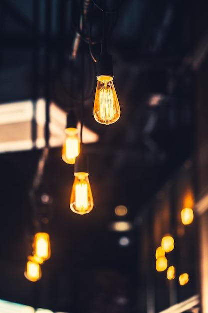 Velha lâmpada café decoração interior iluminação vintage estilo retro com ganho de filme e textura de ruído Foto Premium