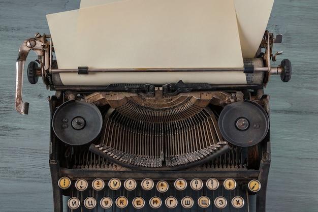 Velha máquina de escrever com uma folha de papel Foto Premium