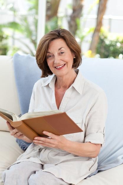 Resultado de imagem para idoso lendo