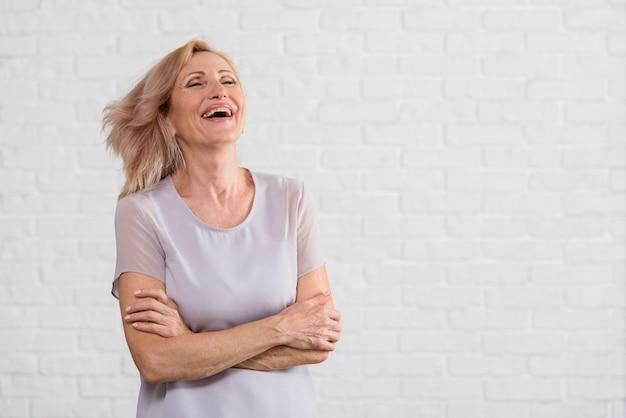 Velha senhora bonita que expressa a felicidade Foto gratuita