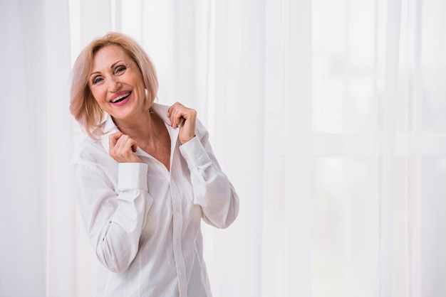 Velha senhora com cabelo curto, olhando feliz Foto gratuita