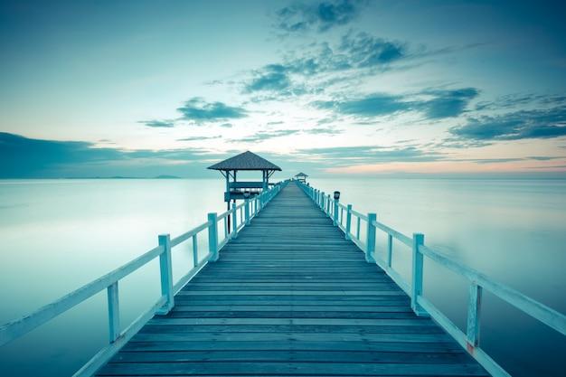 Velho cais da ponte de madeira contra o belo céu do sol Foto Premium