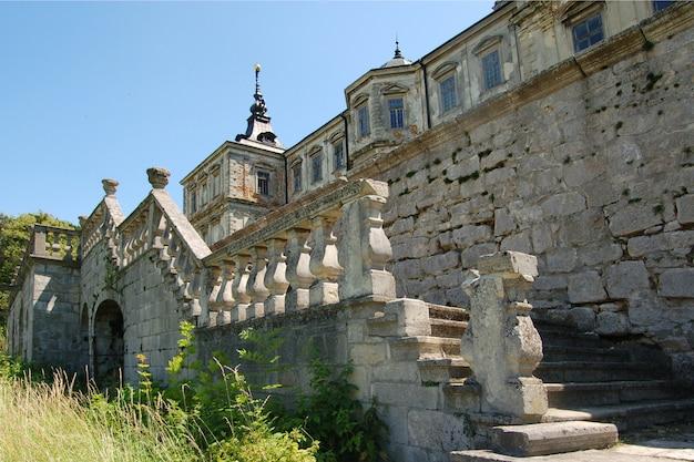 Velho castelo abandonado na região de lviv, na ucrânia Foto Premium