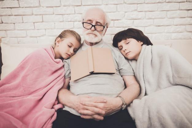 Velho e dois netos dormiram com o livro. Foto Premium
