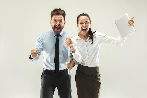 Vencendo sucesso mulher e homem feliz em êxtase comemorando ser um vencedor. Foto gratuita