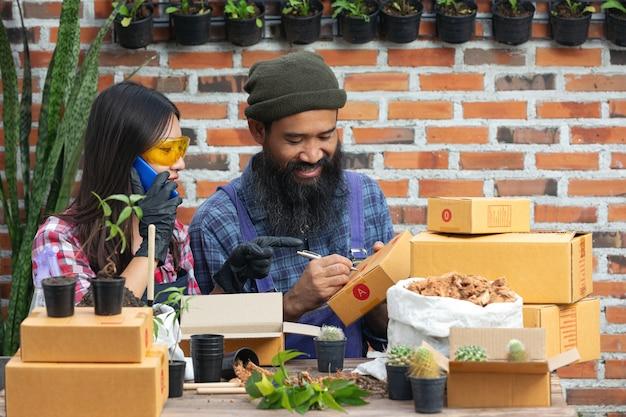 Venda de fábrica online; os vendedores se comunicam com o cliente por telefone celular. Foto gratuita