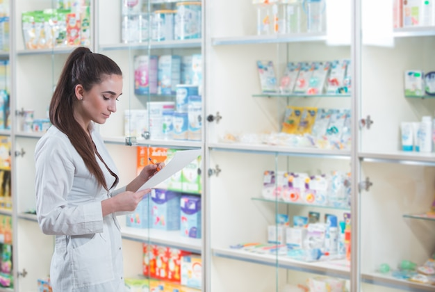 Venda de medicamentos em uma rede de varejo de farmácia Foto Premium