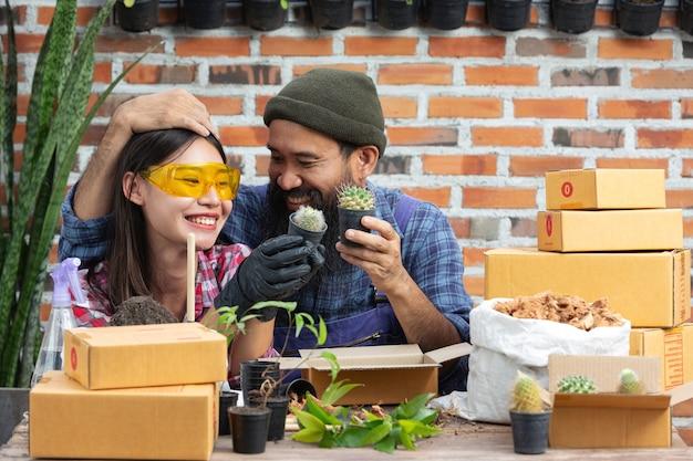 Venda de plantas online; casais sorrindo enquanto cultivam plantas Foto gratuita