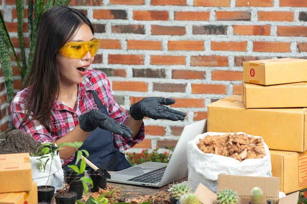 Venda de plantas online; mulheres felizes enquanto usam laptop Foto gratuita